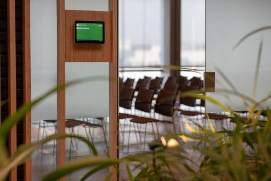 geavanceerde geluidsinstallatie in werkruimte