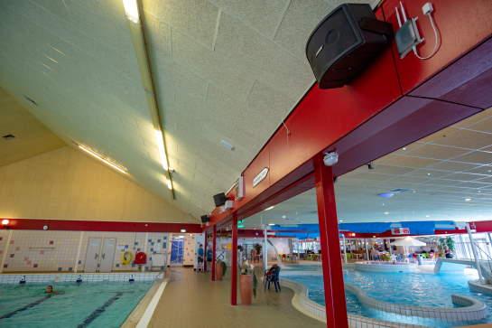geluidssysteem voor zwembaden centraal beheren